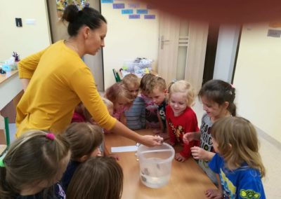 """""""Co pływa, a co tonie"""" – eksperymenty dla dzieci"""