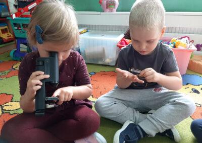 Zabawy badawcze z mikroskopem i lupą :)