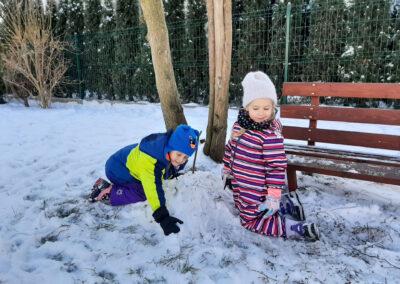 Cieszą się dzieci, gdy śnieg z nieba leci…
